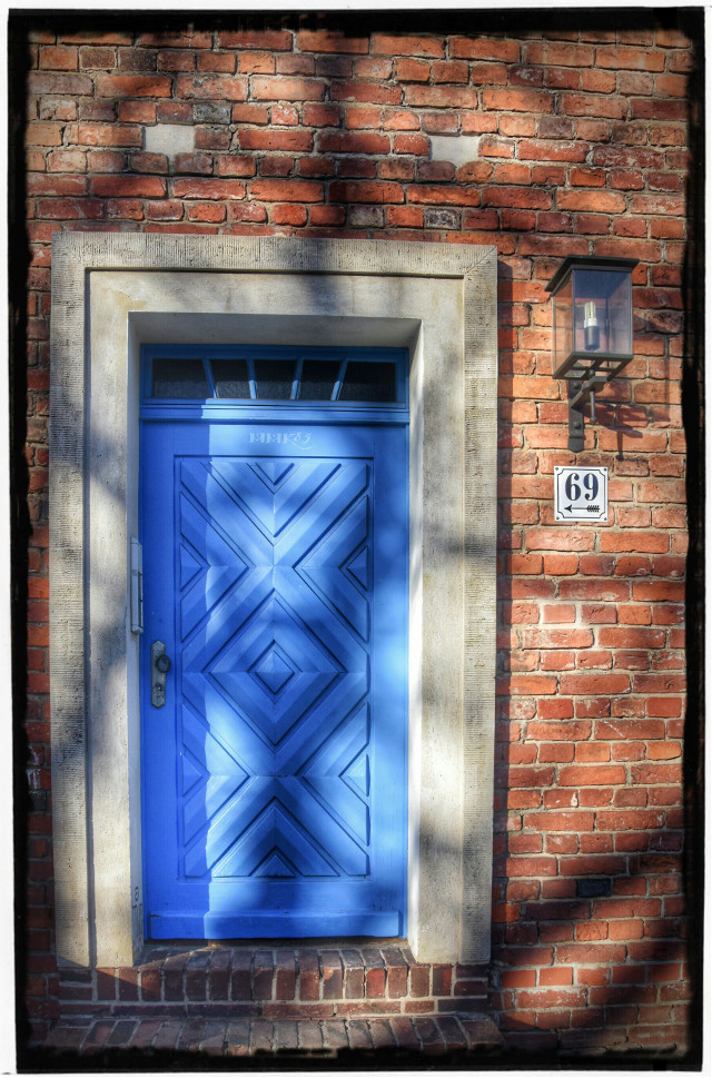 Blue door at the dutch quarter in Potsdam #door #house #building #architecture #blue #red #stone #wood #wooden #lamp #lantern #streetphotography #photography #nikon #d7200 #shadows #brick #bricks